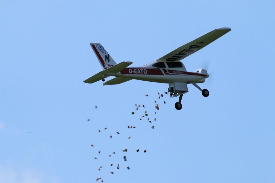 Das Bonbon-Flugzeug hat für die Kinder seine Ladung abgeworfen....
